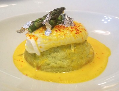 Sformatino di asparagi allo zafferano 3 cuochi con uova in camicia, colata al grana padano e foglie d'argento
