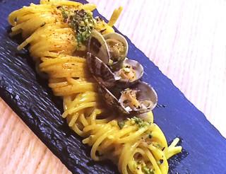 Spaghetti trafilati allo zafferano 3 cuochi con vongole veraci, mascarpone e pistacchi