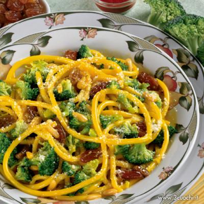 Bucatini con broccoletti, uvetta e pinoli allo zafferano