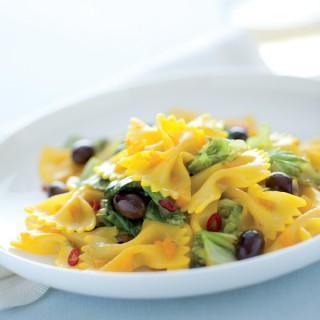 Farfalle gialle con lattuga e olive
