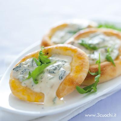 Pizzette con gorgonzola e rucola allo zafferano