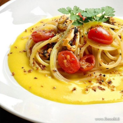Spaghetti alla chitarra con cozze e datterino su salsa allo zafferano