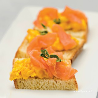 Bruschetta con scramble eggs allo zafferano e salmone affumicato